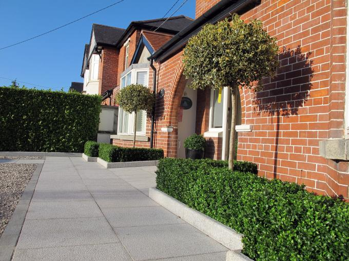 Using plants to provide an enhanced and appealing house entrance